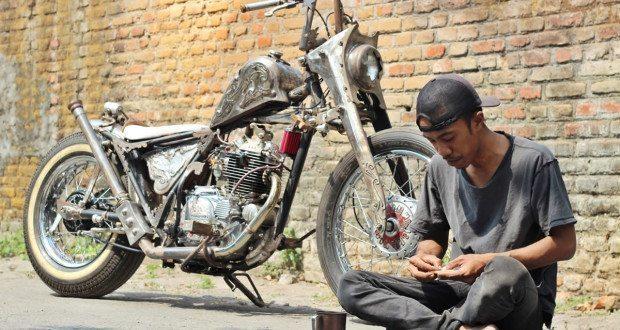 kawsaki kz200 bobber on the street