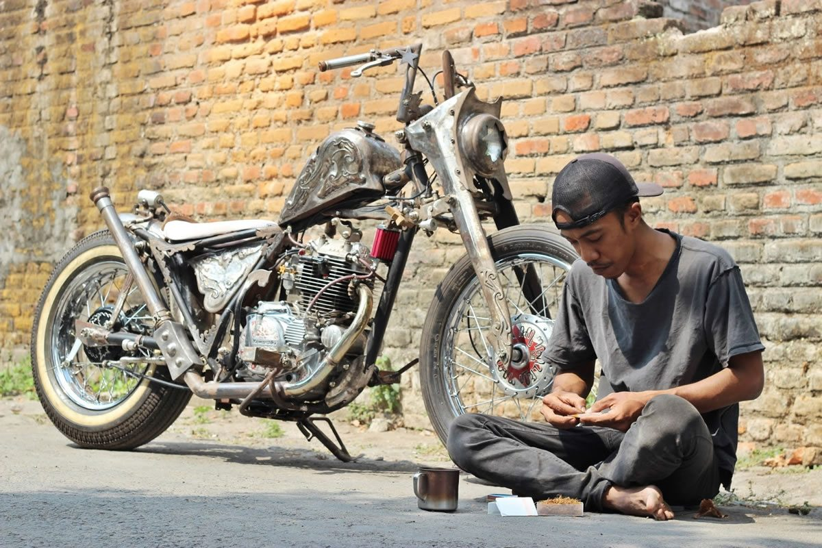 kawsaki kz200 bobber on the street